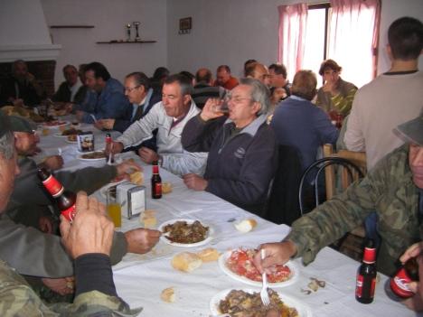 Parte de los concursantes durante la comida